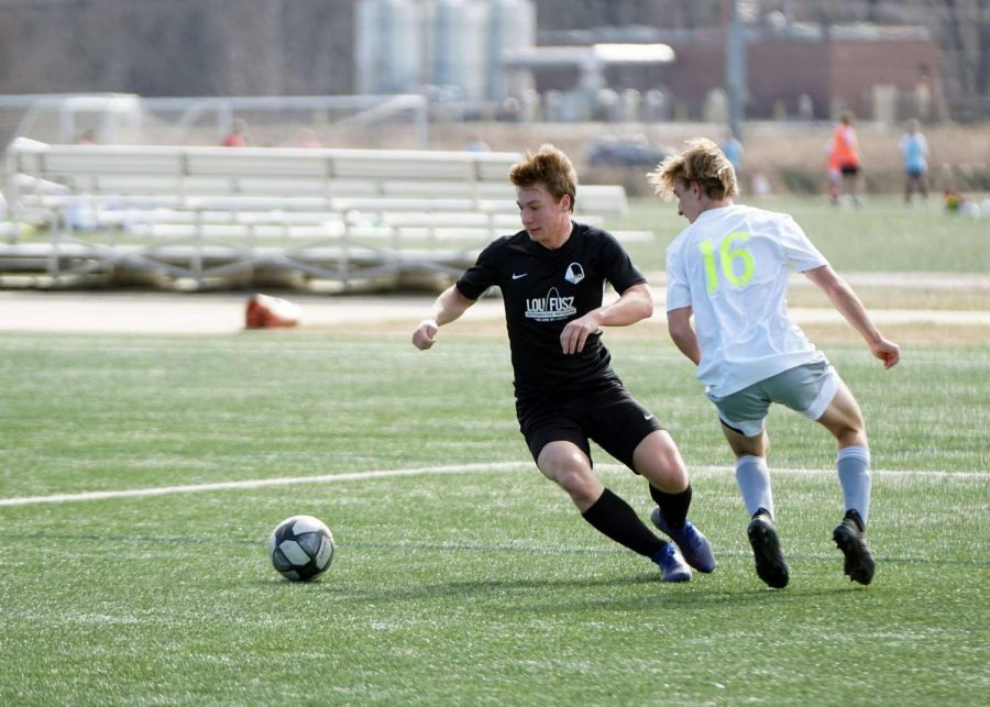 Senior+Alex+Hunt+cuts+into+the+wing+of+the+field+for+an+opportunity+to+score+for+his+Lou+Fusz+soccer+team.